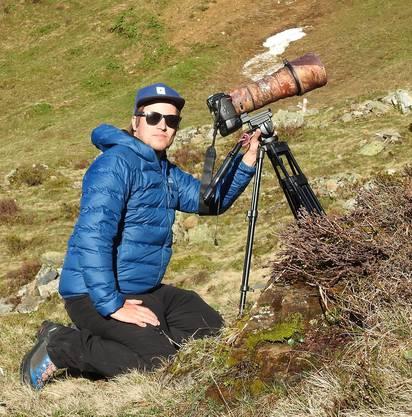 Fabian Gnos unterstützt seinen Vater Tony bei Tieraufnahmen.