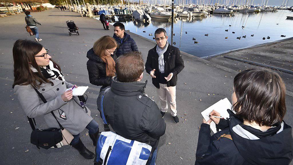 Der Waadländer Kantonstierarzt Giovanni Peduto (Mitte) informiert am Samstag am Ufer des Genfersees Medienvertreter über die Vogelgrippe.