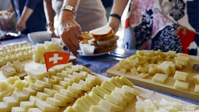 """Ein reichhaltiges Käsebuffet an einem """"Buure-Zmorge"""" in Uetikon am See ZH"""