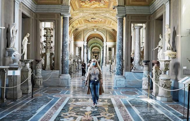 Die Coronakrise macht sich im Vatikan durch die allgegenwärtigen Masken bemerkbar - aber auch in der Buchhaltung.