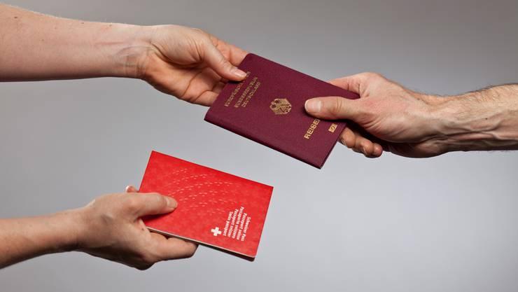 Noch ein Pass: 395 Schweizer liessen sich 2016 in Deutschland einbürgern.