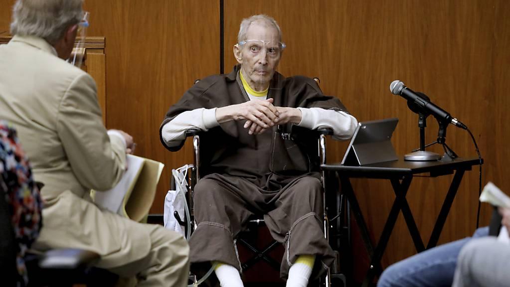 Der New Yorker Immobilienmagnat Robert Durst (M), 78, sagt in seinem Mordprozess aus. Durst ist des Mordes an Susan Berman im Jahr 2000 in ihrem Haus in Benedict Canyon angeklagt.