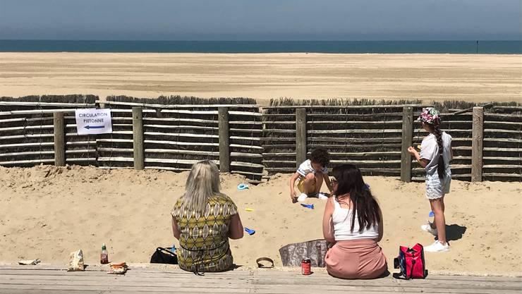 Der Strand ist noch geschlossen. Einige Besucher gibt es auf dem Steg in Deauville trotzdem.