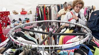 Statt ordentliche Kleider landen immer mehr widerliche Abfälle in den Containern des Roten Kreuzes Basel.