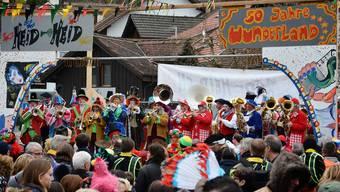 In Gewändern aus den vergangenen 50 Jahren spielte die Fasnachtsgesellschaft Heid Heid auf der Dorfplatz-Tribüne auf.