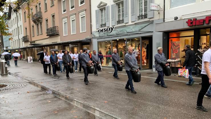 Die Junge SVP bot eine Trychlergruppe auf, die durch Baden zog. Der Co-Präsident der Jungen CVP Aargau schrieb dazu einen Kommentar der «untersten Schublade», so die SVP.