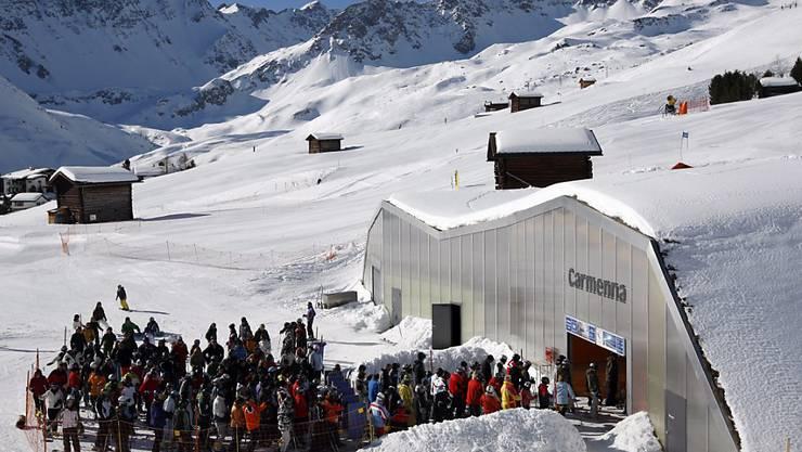 Für die Wintersportferien dürfte ausreichend Schnee liegen: Staus werden nicht nur direkt an den Skiliften, sondern auch auf den Strassen in die Skigebiete erwartet.