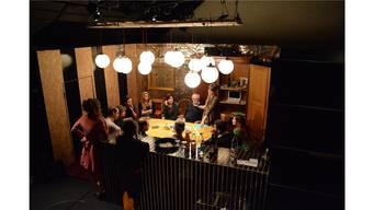 Der Eisenbahn-Modellbau-Club Aarau an einem Tisch mir dem Spitex-Verein in einem provisorischen Vereinslokal in der Tuchlaube. kus