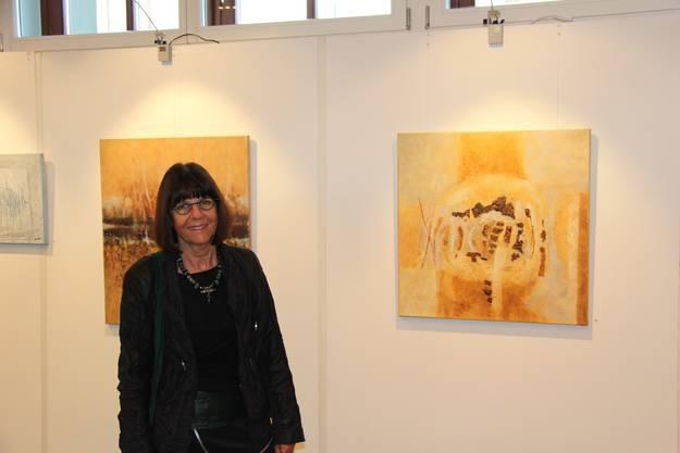 Margrith Weber-Joho mit zwei ihrer Werke