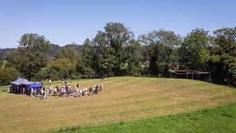 Der «Schlosshübel» in Staffelbach. Mit Absperrband und Profilstangen hat die Kantonsarchäologie die Lage der Burg für die Besucher des Kulturerbe-Tages sichtbar gemacht.