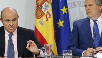 Madrid erhöht den Druck auf Barcelona: Regierungssprecher Méndez de Vigo (r.) schlägt Neuwahlen in Katalonien als möglichen Ausweg aus der Krise vor. Wirtschaftsminister de Guindos verkündet derweil einen Regierungsbeschluss, der Firmen den Wegzug aus Katalonien erleichtert.