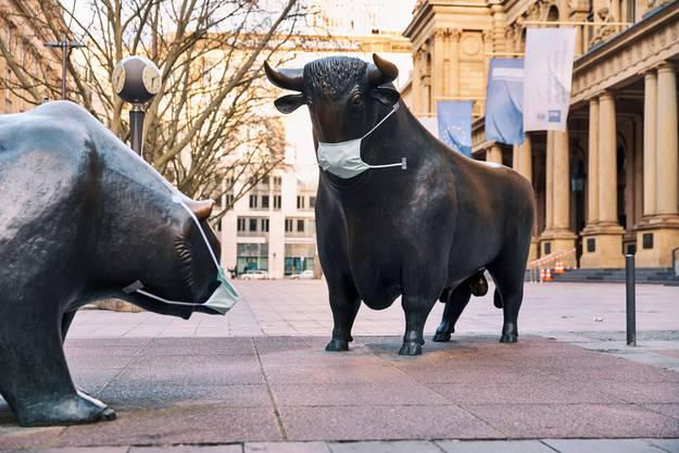 Das Auseinanderdriften von Real- und Finanzwirtschaft hat System. Das Bild zeigt einen Bullen und Bären vor der Frankfurter Börse.