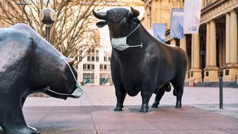 Das Auseinanderdriften von Real- und Finanzwirtschaft hat System. Das Bild zeigt einen Bullen und Bären vor der Frankfurter Börse. (Bild: Oliver Ruether/laif, 14. März 2020)