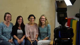 Corinne Arnold, Angela Ochsner, Claudia Roos und Ulla-Mari Juvonen (von links), hier beim Fotografieren für die eigene Homepage, führen die Kindertherapie Oberfreiamt in Sins. ES
