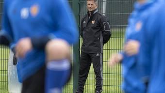 Immer beobachtend am Seitenrand des Trainingsplatzes: Werner Leuthard, Leiter Fitness beim FC Basel.