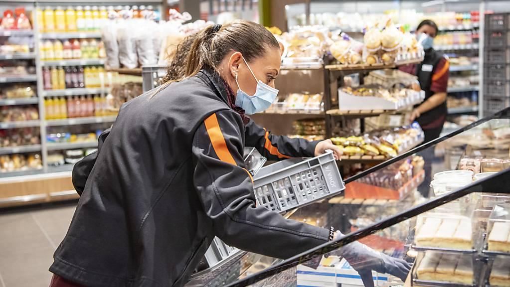 Die Umsätze im Detailhandel sind im August gestiegen: eine Verkäuferin in Zug. (Archivbild).