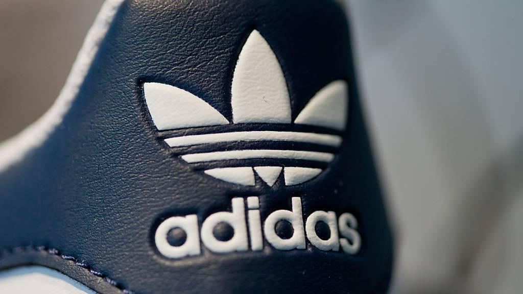 ARCHIV - Das Logo des Sportartikelherstellers Adidas ist am 03.03.2016 während der Bilanz-Pressekonferenz des Unternehmens in Herzogenaurach (Bayern) auf einem Schuh zu sehen. (zu dpa «Adidas - Jahreszahlen 2016» vom 08.03.2017) (KEYSTONE/DPA/A3609/_Daniel Karmann)