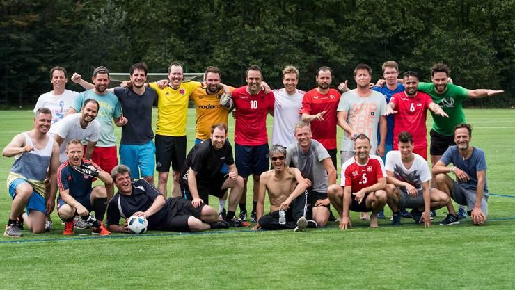 Die Schweizer Journalisten, die sich in Montpellier beim Fussball massen (unser Reporter Etienne Wuillemin ist in der unteren Reihe der fünfte von links)