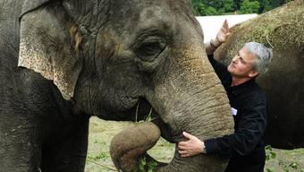 Franco Knie mit der Elefantenkuh Sabu.