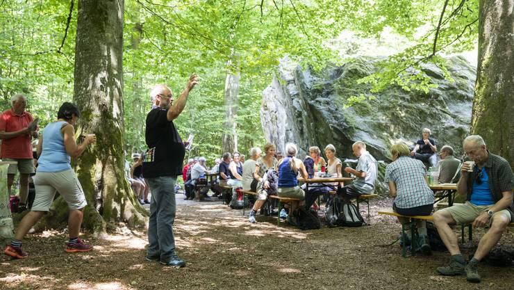 Mittagspause Grossen Stein in Hessigkofen, an der 3. Etappe AZ-Leserwandern von Lohn-Lüterkofen nach Lüterswil, am 15. Juli 2018. Impressionen von der 3. Etappe AZ-Leserwandern von Lohn-Lüterkofen nach Lüterswil, am 15. Juli 2018.