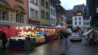Heute ist Chlausmarkt. Bereits herrscht emsiges Aufbauen bei den Markttreibenden. Um 9 Uhr gehts los.