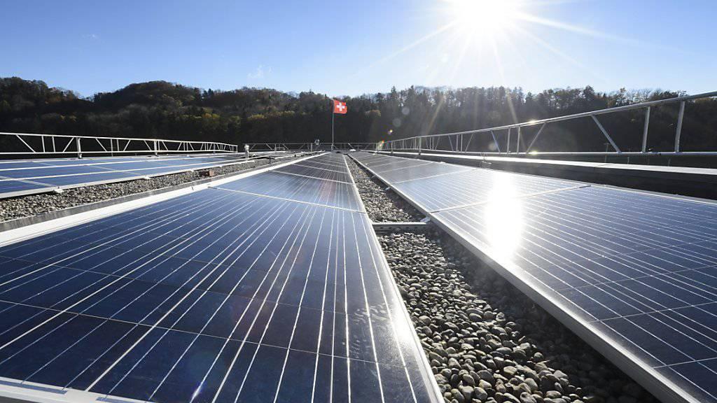 Laut dem Branchenverband Swissolar müssen mehr Dächer in der Schweiz mit Fotovoltaikanlagen ausgerüstet werden. (Archiv)