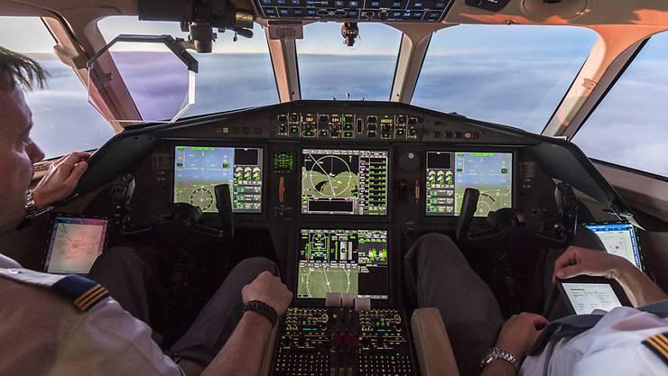 Künftig darf ein Pilot wieder alleine im Flugzeug-Cockpit sein: Die Swiss hebt die Zwei-Personen-Cockpit-Regel ab Mai auf, die sie nach dem absichtlichen Absturz einer Germanwings-Maschine eingeführt hat. (Archivbild)