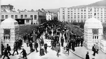 Baden anno 1916: Das Portal der Brown, Boveri & Cie. an der Haselstrasse, mittags um 12 Uhr.