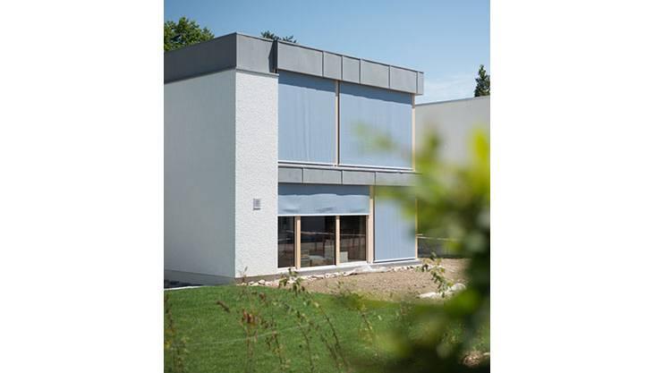 Die bewusste Auswahl und gekonnte Fügung der Materialien verbinden das Haus mit dem Quartier.