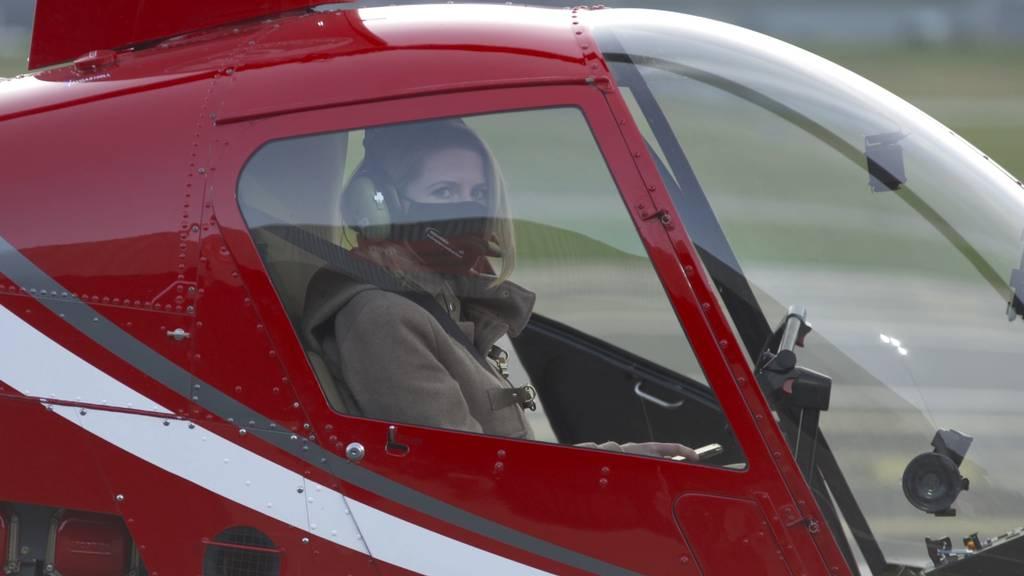 Jimy Hofer lehrt Michelle das Fliegen