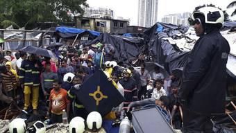 Die Mauer stürze auf mehrere Unterkünfte in der westindischen Stadt Mumbai.