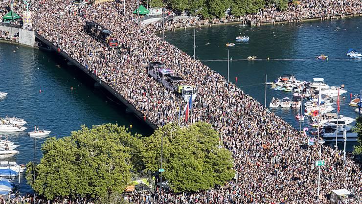 Auch in diesem Jahr dürfte es rund ums Seebecken wieder voll werden: Ab 14 Uhr sind 30 Love Mobiles am Start und Zürich wird zum Hotspot für elektronische Musik. (Archivbild)