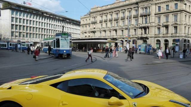 Sportauto auf dem Paradeplatz in Zürich (Archiv)