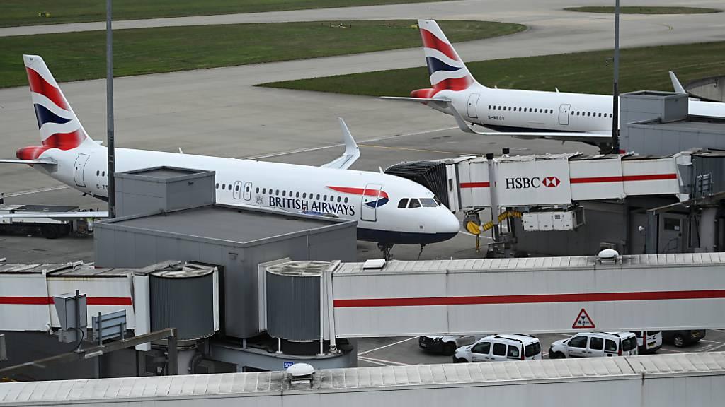 Airbus setzt auf ein Ende der Corona-Krise: Der Flugzeugbauer nimmt den Bau einer neuen Endmontage-Linie für die A320-Familie wieder auf. Im Bild A321- Maschinen von British Airways. (Archivbild)
