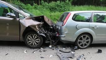 Die Schäden an diesem Auto zeugen von der Wucht der Kollision.