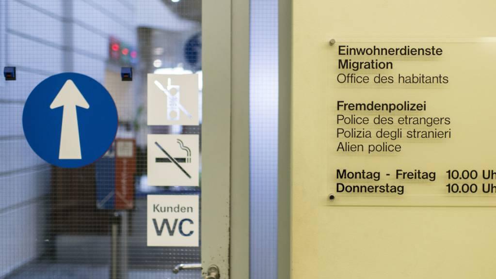 Von April bis Juni gingen in der Schweiz sowohl Zu- wie Auswanderung stark zurück: unter anderem, weil nur Arbeitskräfte mit Jobs von öffentlichem Interesse einreisen durften und weil die Reisemöglichkeiten in der Covid-Verordnung eingeschränkt wurden. (Archivbild)