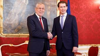 ÖVP-Chef und Ex-Kanzler Sebastian Kurz (r.) am Donnerstag bei Bundespräsident Alexander Van der Bellen, dem er zusammen mit dem Grünen-Chef Werner Kogler das Regierungsprogramm vorstellte.