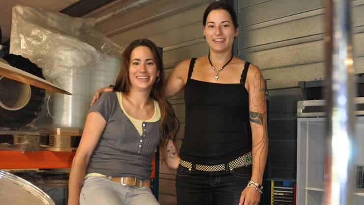 Nun können sie wieder lachen: Sarah (links) und Romina Küng betreiben mit ihren Eltern das Sounddock14.  BHI