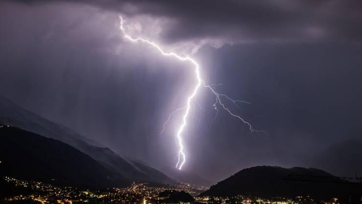 Ein heftiges Gewitter im Baselland hat die lokale Feuerwehr in der Nacht auf Sonntag auf Trab gehalten. (Symbolbild)