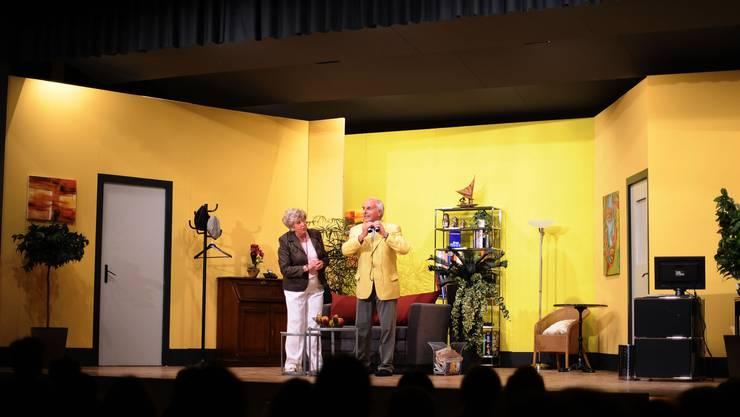 Liebe auf den ersten Blick: Auf der Theaterbühne kommen sich Elisabeth (Rosemarie Bütler) und Franz (Lukas Bütler) näher.