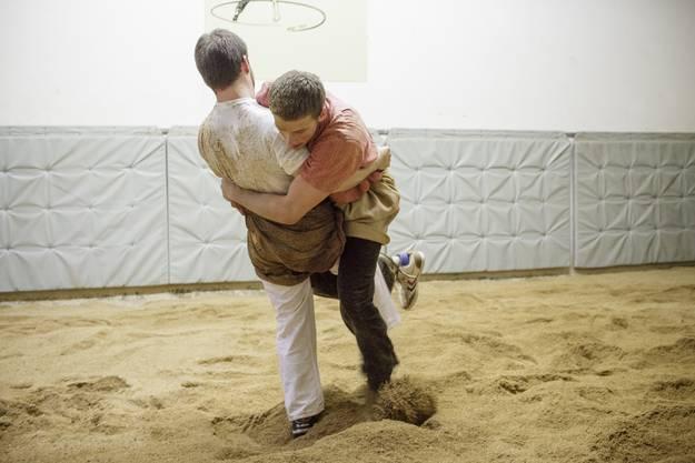 Franz Kramer (in rot) und Daniel Inderwildi (in weiss) liefern sich einen Übungskampf.