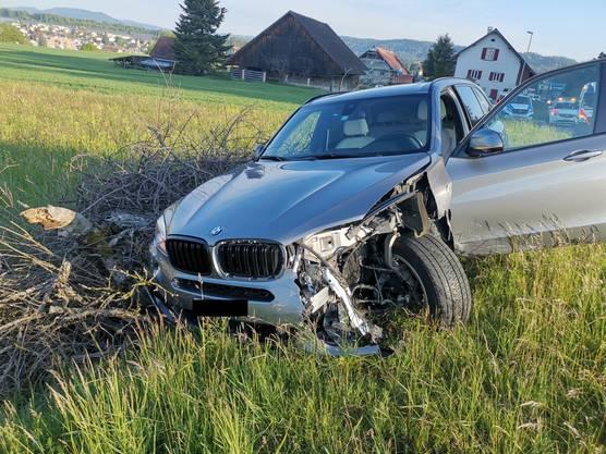 Der Aufprall war so heftig, dass der angefahrene BMW X5 von der Strasse abkam.