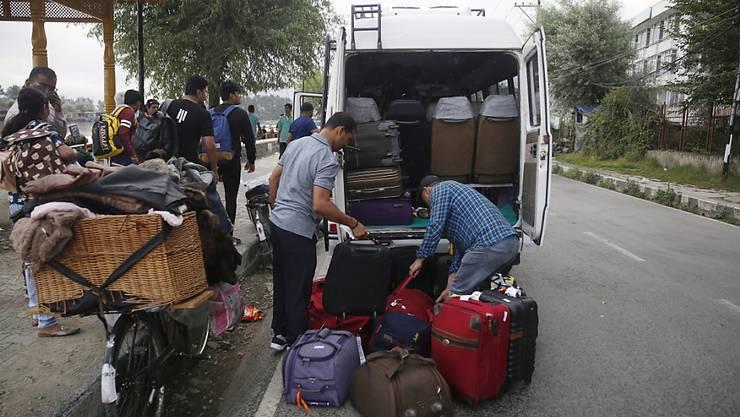Tausende Feriengäste und Pilger verlassen am Samstag aufgrund von Reisewarnungen die Kaschmir-Region.
