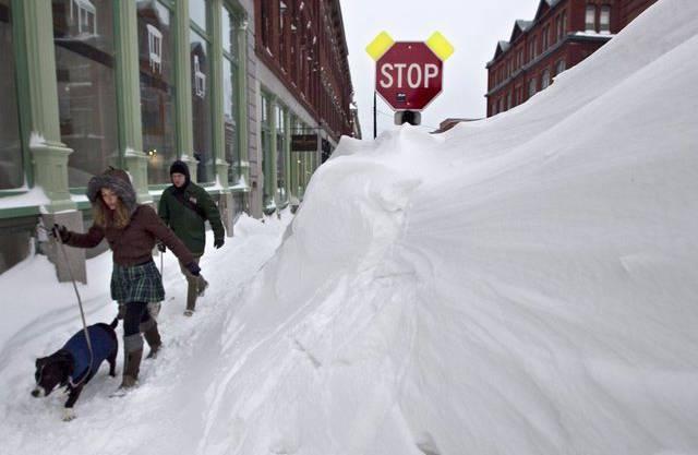 Aufatmen nach dem Sturm: An der US-Ostküste wagen sich die Menschen langsam wieder auf die Strassen - trotz meterhohen Schnees