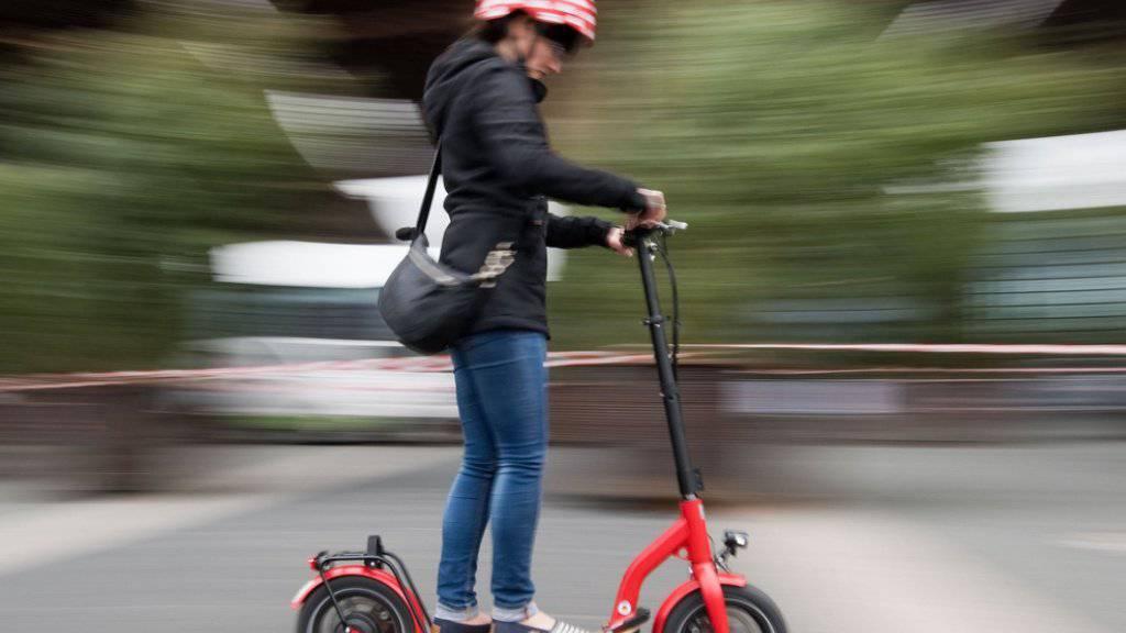 In Deutschland dürfen künftig Elektro-Tretroller auf Radwegen und Strassen mit gesetzlicher Erlaubnis fahren. (Archivbild)