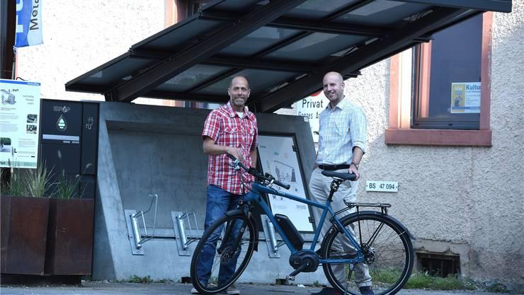 Luc Musy (links) und Cyrill Hunkeler präsentieren ihren preisgekrönten Solarvelo-Unterstand.