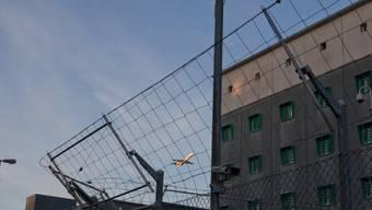 Die Zürcher Gefängnisse verzeichnen weniger Kriminelle. Gleichzeitig müssen immer mehr bis zum Ende ihrer Strafe verharren. Bild: Flughafengefängnis Zürich