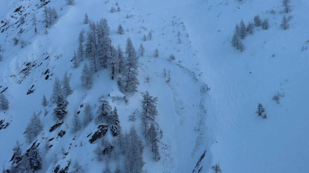 Bei einem Lawinenunglück im Val Ferret im Wallis ist ein Snowboarder tödlich verunglückt.