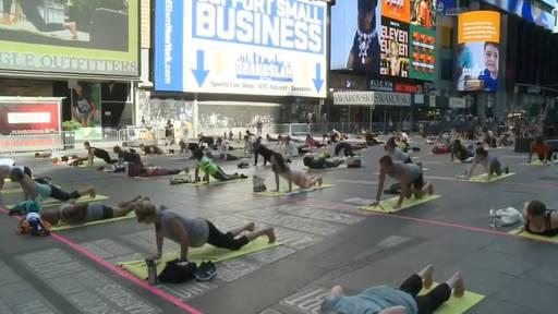 Nach Corona-Pause: Auf dem Times Square wird wieder Yoga gemacht