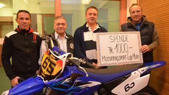 Motocross-Star Dani Müller, Karl Müller (Präsident des Motorradsport-Clubs Muri), Uwe Tischer (Leiter Roth-Haus) und Beat Gassmann (OK-Präsident Motocross Muri, von links) bei der Spendenübergabe. ES